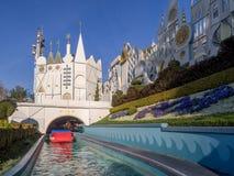Es una pequeña atracción del mundo en Disneyland Imágenes de archivo libres de regalías