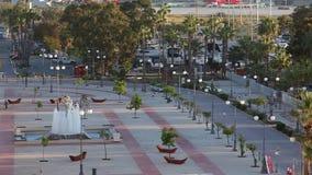 Es vecino con la 'promenade' de Foinikoudes y la playa de Finikoudes metrajes