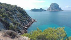 Es Vedra, den magiska ön av Ibiza, en turist- destination för hippier och utforskare hisnande sikt av kusten av Cala D royaltyfri fotografi