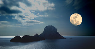 Es Vedra mit Vollmond Ibiza Stockfotografie