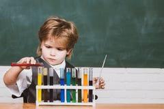 Es war ein weniges Chemieexperiment E Junior-Jahr-Chemie Hausunterricht lizenzfreie stockfotografie