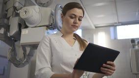 Esame ai raggi x Raggi x sul medico della donna della compressa archivi video