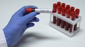 Esame all'alcool, medico che mostra campione di sangue in tubo, ricerca del laboratorio, controllo di salute video d archivio