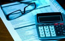 Esame del 401k dal rapporto trimestrale. Fotografia Stock Libera da Diritti