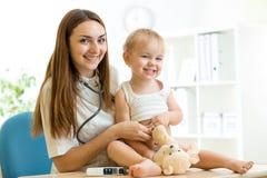 Esame del pediatra dell'erba medica del bambino con Fotografie Stock Libere da Diritti