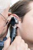 Esame di orecchio Fotografia Stock