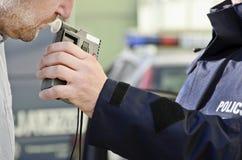 Esame di sobrietà da un poliziotto fotografia stock libera da diritti