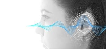 Esame di udienza che prova orecchio della giovane donna con tecnologia di simulazione delle onde sonore Fotografia Stock