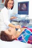 Esame di ultrasuono di una tiroide dell'uomo Immagini Stock