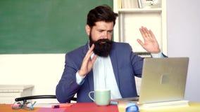 Esame divertente in istituto universitario Insegnante pazzo che prepara per gli esami dell'università Giovane insegnante I buoni  stock footage