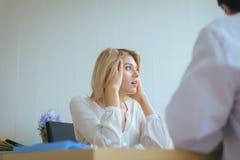 Esame fisico con il paziente della donna che ha panico, sanità e concetto medico fotografie stock