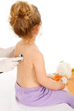 Esame fisico di un bambino pimpled fotografia stock