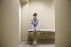 Esame medico aspettante della donna fotografia stock libera da diritti