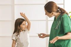 Esame pediatrico immagine stock libera da diritti