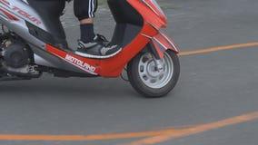 Esami teenager in una scuola guida stock footage