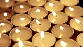 Esamina in controluce il fondo, candela di preghiera nella decorazione della chiesa video d archivio