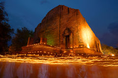 Esamina in controluce il rito d'ondeggiamento sul giorno santo buddista Immagini Stock