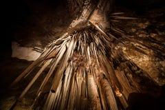 Esaminando direttamente in su lo Stalactite in caverna Immagine Stock