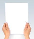 Esaminando documento immagini stock