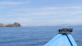 Esaminando fuori il mare dalla piccola barca Fotografia Stock Libera da Diritti