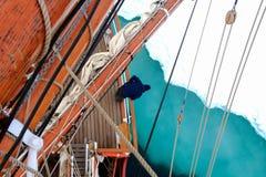 Esaminando ghiaccio sul tallship o sulla barca a vela Fotografia Stock Libera da Diritti
