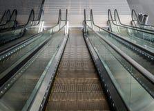 Esaminando giù le scale mobili nel centro commerciale immagini stock libere da diritti
