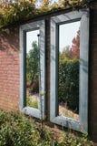 Esaminando i due specchi, uno vede il bello giardino Immagine Stock Libera da Diritti