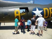 Esaminando il bombardiere B17 immagine stock libera da diritti