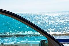 Esaminando il mare da un punto di vista dell'automobile fotografia stock libera da diritti
