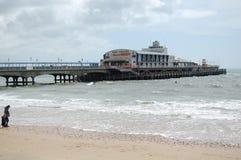 Esaminando il pilastro di Bourneouth che si sporge nel mare dalla spiaggia Immagini Stock