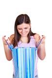 Esaminando il sacchetto di acquisto immagine stock