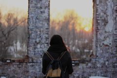 Esaminando il tramonto fotografie stock