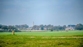 Esaminando il villaggio di Schiermonnikoog sull'isola del Wadden di Schiermonnikoog Fotografie Stock Libere da Diritti