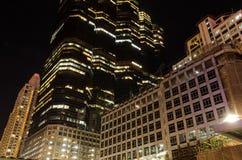 Esaminando l'alta costruzione alla notte Fotografia Stock