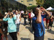 Esaminando l'eclissi solare parziale Fotografie Stock