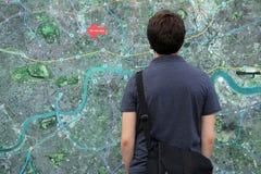 Esaminando la mappa della città Fotografie Stock