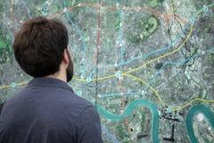 Esaminando la mappa della città Immagini Stock Libere da Diritti