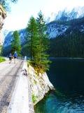 Esaminando le montagne bello Gosau vedi in Austria immagini stock libere da diritti