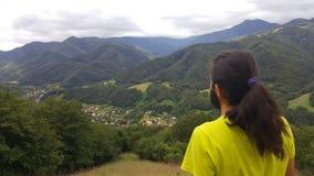 Esaminando le montagne di Balcani verdi Immagine Stock