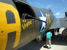 Esaminando le pistole del bombardiere B17 Immagine Stock