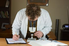 Esaminando microscopio - primo piano Fotografia Stock Libera da Diritti