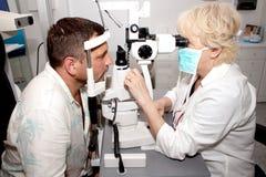 Esaminando nella clinica di oftalmologia Fotografia Stock