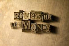 Esaminando per il segno soldi del testo dello scritto tipografico Immagine Stock