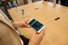 Esaminando prezzo delle azioni dei calcolatori Apple sul nuovo iPhone 7 Immagini Stock