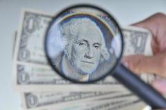 Esaminando soldi 3 Fotografia Stock