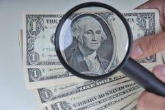 Esaminando soldi 4 Immagine Stock