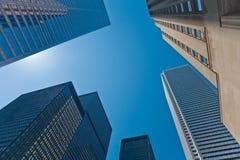 Esaminando in su i grattacieli immagine stock libera da diritti