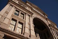 Esaminando in su il capitol del Texas fotografia stock libera da diritti