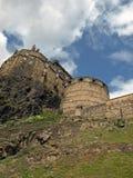 Esaminando in su il castello di Edinburgh fotografia stock libera da diritti