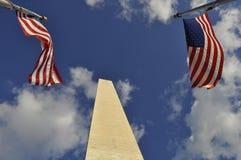 Esaminando in su il monumento di Washington Immagine Stock